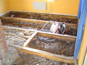 Här ses bjälkarna frilagda och det värsta arbetet är därmed gjort med renoveringen av torpargrunden.