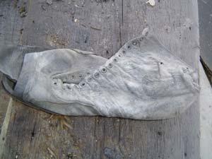 Det är vanligt att hitta allt möjligt gammal skräp i torpargrunder, som glasflaskor, skor, tidningar etc.