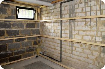 Isolering mot vägg i källare blir för fuktig