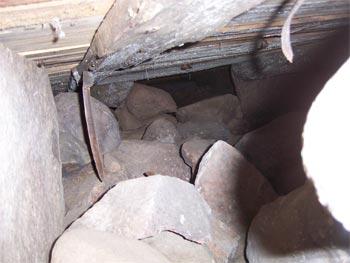 Om det är mycket ojämt i krypgrund eller torpargrund kan makadam läggas innan byggplast