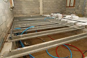 Krypgrund där golvreglarna består av oorganisk betong