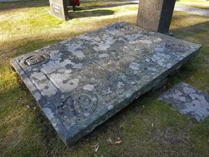 Kalkstenshäll - Nygårdsstenen på Ryssby Kyrkogård