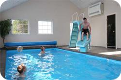 När poolöverdraget är borta och aktivitet sker behövs avfuktaren som mest.