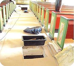 Papp som skyddstäckning av golv innan installation av avfuktare i krypgrund